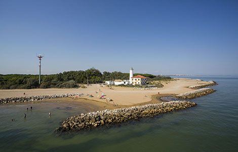 A walk to the lighthouse of Bibione